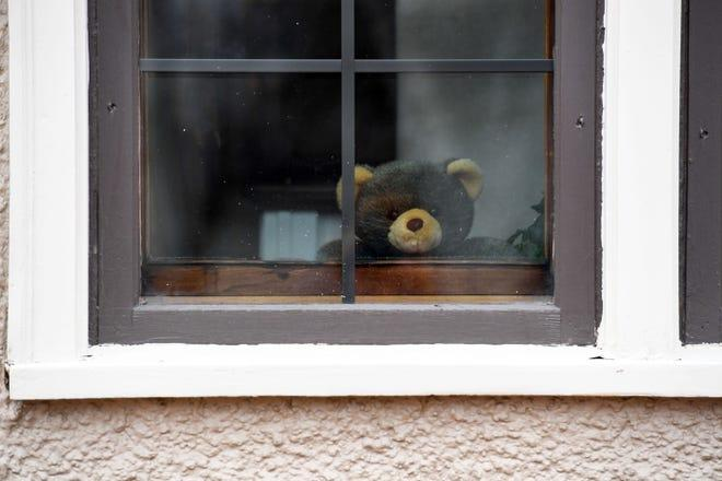 'teddy-bear-hunt':-stuffed-animal-scavenger-hunts-are-making-life-bearable-for-bored-kids
