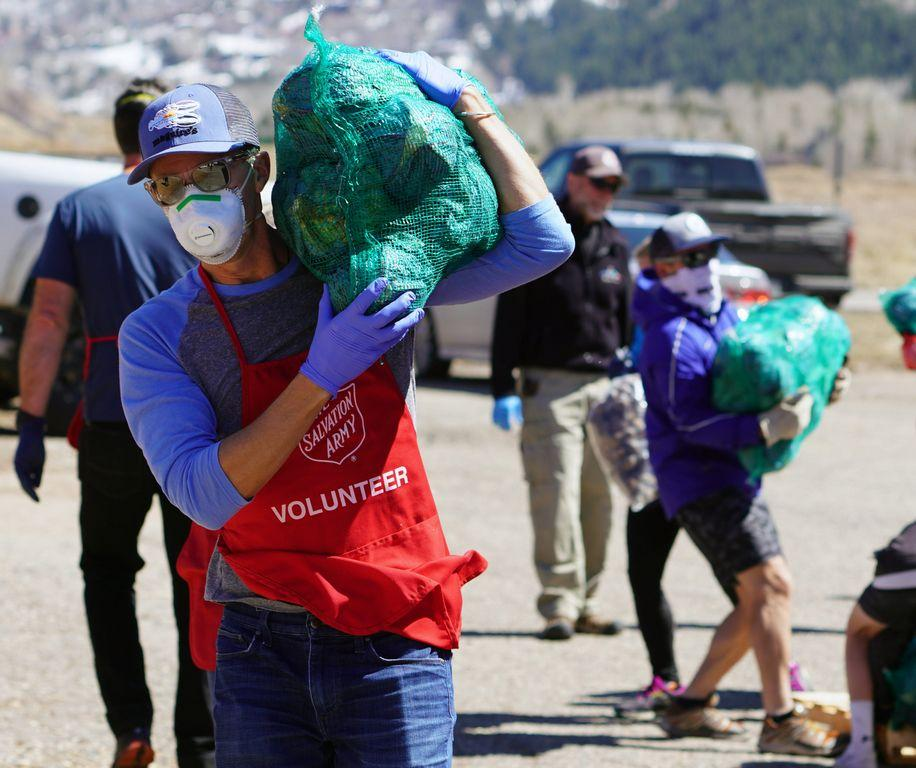 'i-can't-pay-it-back.-so-i-pay-it-forward':-volunteers-deliver-food-to-quarantined-coronavirus-families