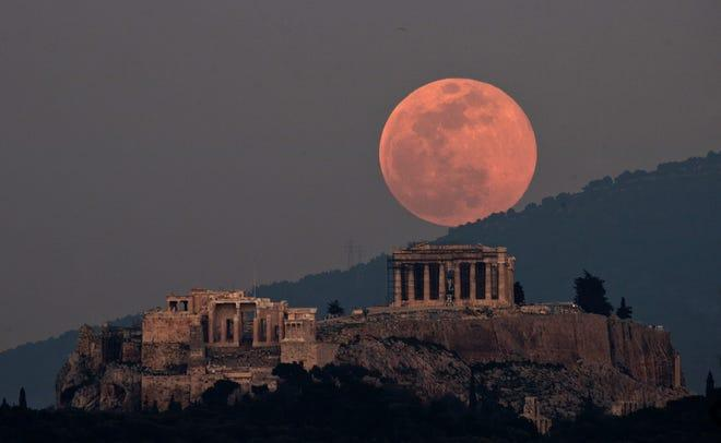 the-biggest-and-brightest-full-moon-of-2020-will-be-a-pink-supermoon-tuesday-night