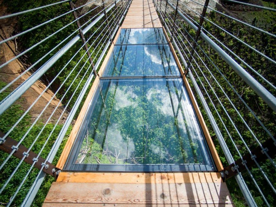 a-glass-panel-cracked-at-gatlinburg-skybridge-in-tennessee-thanks-to-'baseball-style-slide-across-the-glass'